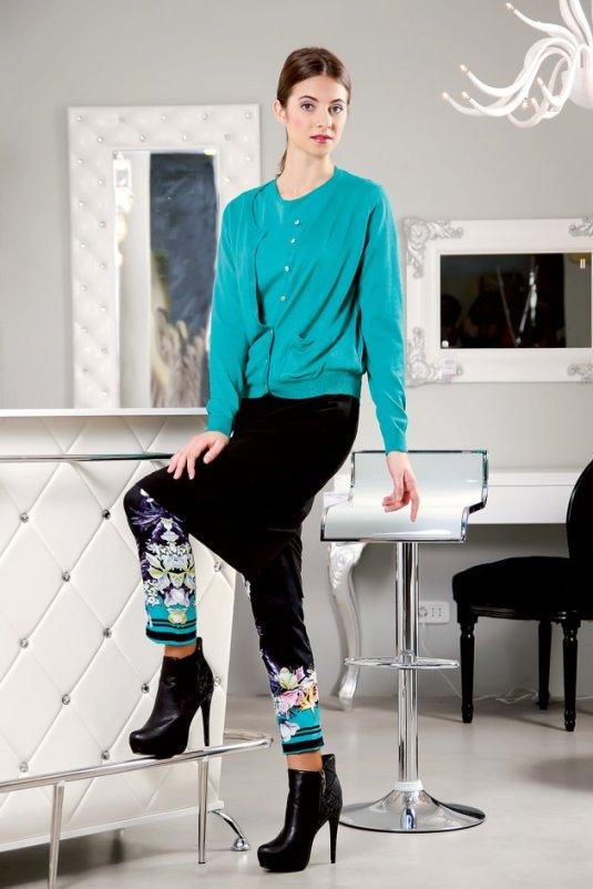 Jedna savršena poslovna kombinacija-crna suknja i set pastelne boje...