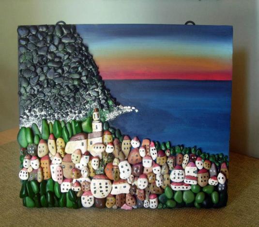 Od prikupljenih kamenčića u trenucima dokolice na plaži i stare ploče od lesonita može se napraviti savršena slika kojom ćete obradovati prijatelje ili osvežiti vaš dom