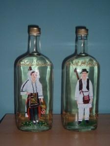 Vaše crtačke sposobnosti mogu doći do izražaja na staroj flaši u koju ćete sipati pravu domaću rakiju i pokloniti prijatelju