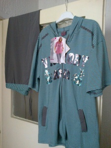 Komplet ,pantalone tri cetvrt,velicina 4 XL,cena 4000 dinara