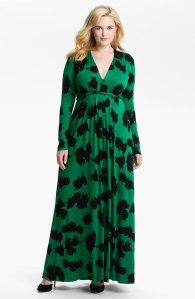 Duga haljina koja se blago širi ispod grudi uspešno prikriva višak kilograma