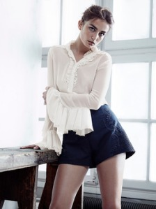Jednostavna ali savrsena kombinacija za malu maturantkinju,bela bluya i crne pantalonice