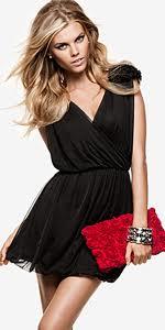 Crvena torbica uz crnu haljinu